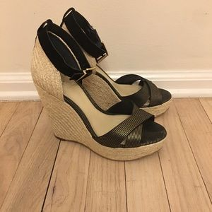 ⬇️Vince Camuto | Maurita Black N Gold Wedge Sandal